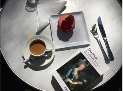 Livre avec un café aux Deux Magots
